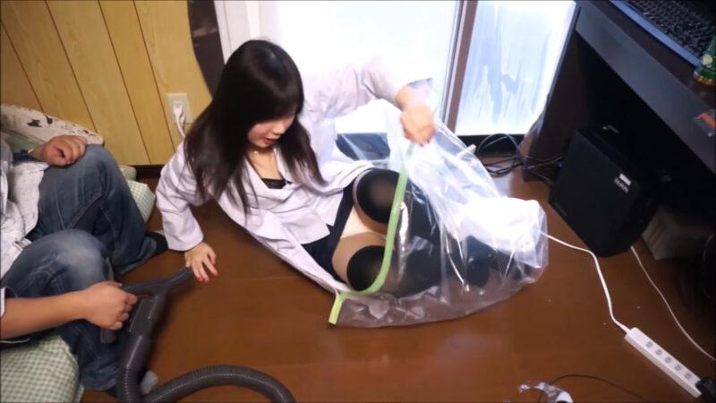 布団圧縮袋で女の子を圧縮するとどうなる! 掃除機でおもいっきり吸引【※安全に配慮して撮影しています】 05:02
