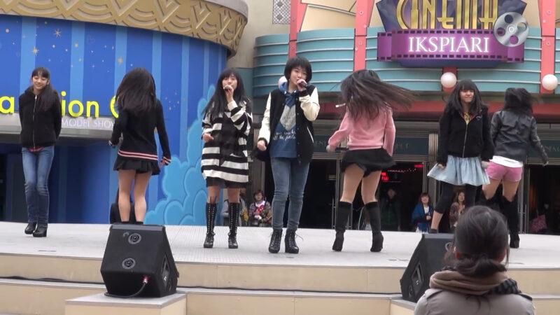 アイドルグループ「Fairies(フェアリーズ)」のハミパンチラ 01:26